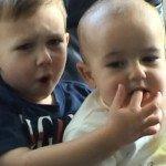 I simpatici fratelli che hanno fatto più di 100.000 dollari su internet mordendo un dito
