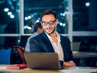 Uomo controlla investimenti su Laptop